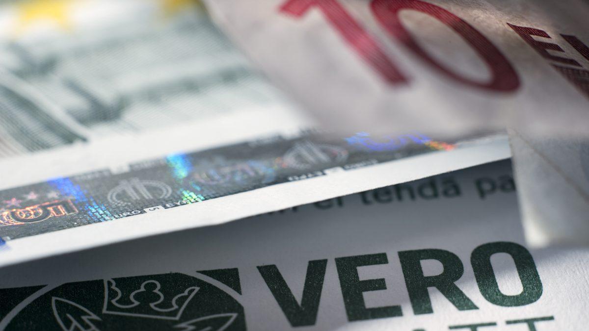 """Kansanedustajan mitta täysi: 697€ summasta veroa 20 % – vaatii verotuksen """"tuntuvaa alentamista ..."""