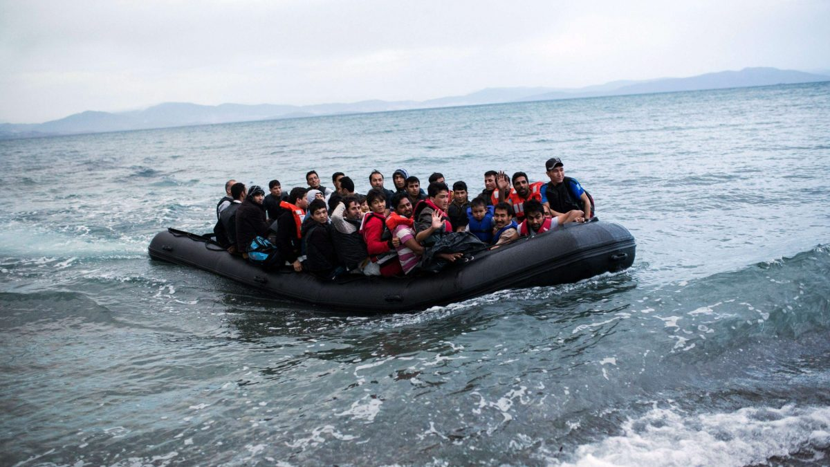 LKS 20150527 - -; A dinghy overcrowded with Afghan immigrants arrived on a beach on the Greek island of Kos, after crossing a part of the Aegean Sea between Turkey and Greece, on May 27, 2015. LEHTIKUVA / AFP PHOTO / Angelos Tzortzinis Instructions: Ulkomaat, stt 142, Komissio esittää 792 turvapaikanhakijan ohjaamista Suomeen.