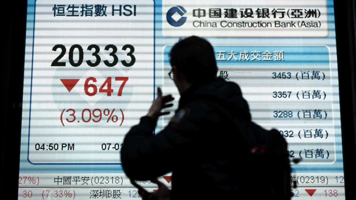 LKS 20160107 PL02; A man walks past an electronic board displaying the benchmark Hang Seng Index (L) in Hong Kong on January 7, 2016. Hong Kong stocks slumped again following a seven percent collapse in mainland markets that caused trading to be suspended after just 30 minutes as China weakened its yuan-dollar value to a five-year low. LEHTIKUVA / AFP PHOTO / Philippe Lopez