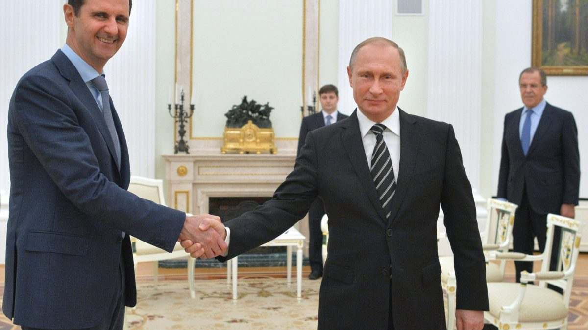 "LKS 20160122  YK3064; Russian President Vladimir Putin (R) shakes hands with his Syrian counterpart Bashar al-Assad (L) during a meeting at the Kremlin in Moscow on October 21, 2015. Assad, on his first foreign visit since Syria's war broke out, told his main backer and counterpart Putin in Moscow that Russia's campaign in Syria has helped contain ""terrorism"". AFP / LEHTIKUVA / Alexey Druzhinin Instructions: STT ulkomaat 164 Financial Times: Presidentti Putin kehotti Syyrian al-Assadia astumaan syrjään vuonna 2015."