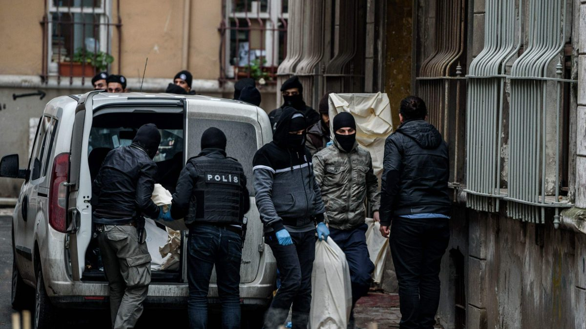 LKS 20160108 4601; Turkish riot police block the street as Turkish anti-terrorist police officers search the pro-kurdish Peoples' Democratic Party (HDP) Beyoglu headquarters, on January 8, 2016 in Istanbul. A Turkish court on January 4, sentenced a co-mayor of a major city in the Kurdish-majority southeast to 15 years in jail on charges of membership of the outlawed Kurdistan Workers Party (PKK). / AFP / OZAN KOSE - LEHTIKUVA / AFP