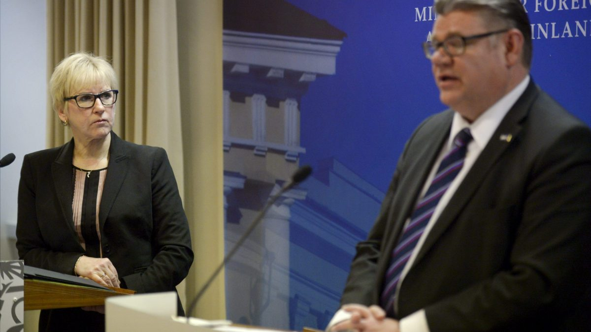 HUOM! EMBARGO PERJANTAILLE 29.1. KELLO 00.01//§ LKS 20160128 - Sweden's Minister of Foreign Affairs Margot Wallström and her Finnish counterpart Timo Soini during the meeting of Finland's and Sweden's Ministers of Foreign Affairs in Helsinki on November 24th 2015. LEHTIKUVA / ANTTI AIMO-KOIVISTO Instructions: Utrikes, fnb 049, Medling: Det mest kraftfulla verktyget för fred.
