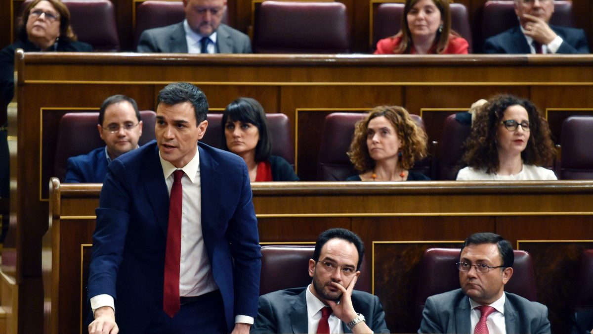 LKS 20160302 Leader of the Spanish Socialist Party (PSOE) and candidate for prime minister, Pedro Sanchez gets up to say his vote at Las Cortes in Madrid on March 2, 2016 after a parliamentary debate to vote through a prime minister and allow the country to finally get a government. The parliamentary session is a key step towards trying to unblock nearly 11 weeks of political stalemate since inconclusive December elections resulted in a hung parliament divided among four main parties, none of which won enough seats to govern alone. / AFP / GERARD JULIEN - LEHTIKUVA / AFP