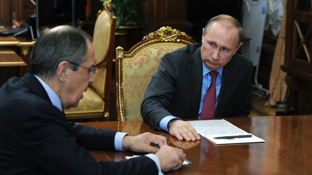LKS 20160315 Russian President Vladimir Putin (R) meets with Defence Minister Sergei Shoigu (unseen) and Foreign Minister Sergei Lavrov (L) at the Kremlin in Moscow on March 14, 2016. Russian President Vladimir Putin on March 14 ordered the defence ministry to begin the withdrawal of Russian forces from Syria on March 15. / AFP / SPUTNIK / MIKHAIL KLIMENTYEV - LEHTIKUVA / AFP