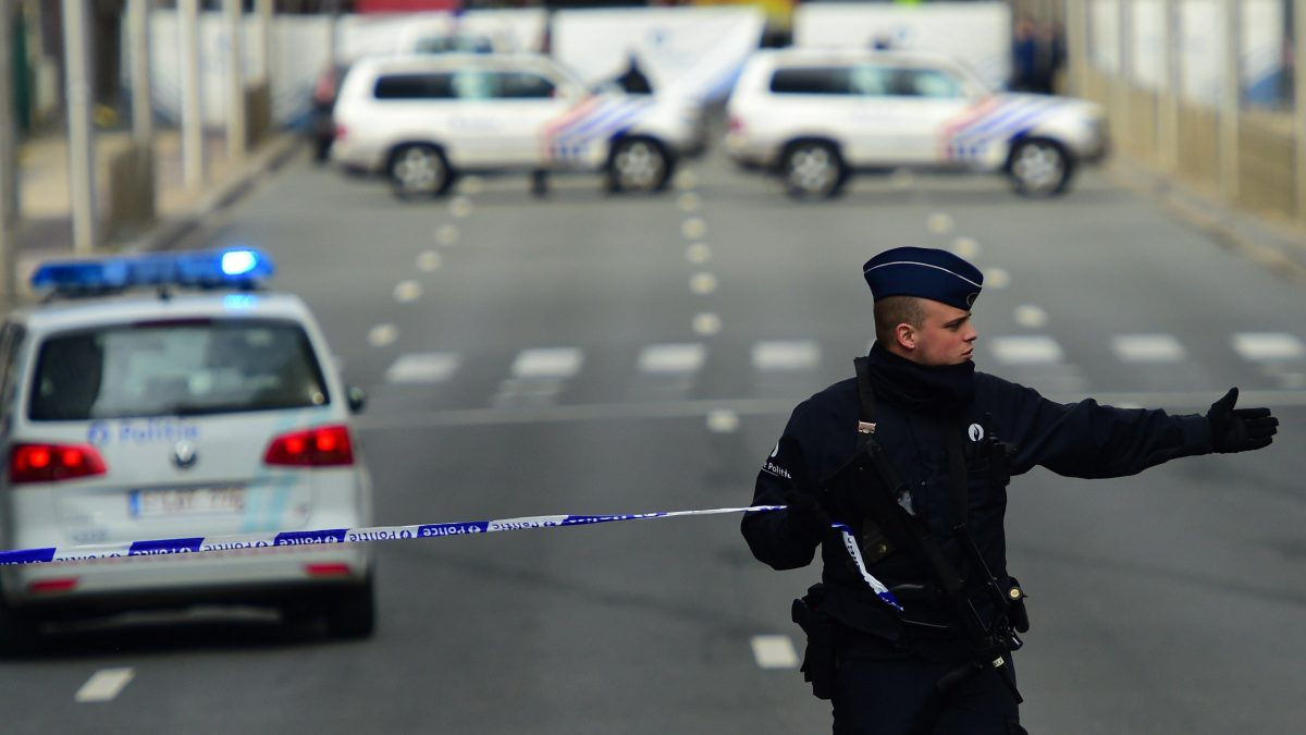 LKS 20160322 3150; A police officers sets a security perimeter near Maalbeek metro station, on March 22, 2016 in Brussels, after a blast at this station near the EU institutions caused deaths and injuries. LEHTIKUVA / AFP PHOTO / EMMANUEL DUNAND