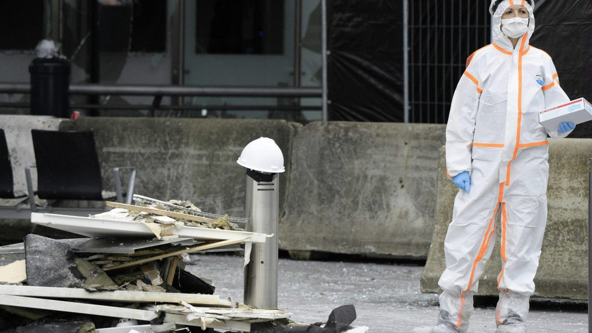 LKS 20160323   Forensic investigators work outside Brussels Airport, in Zaventem, on March 23, 2016, a day after triple bomb attacks at the Brussels airport and at a subway train station killed 31 people and wounded more than 200. World leaders united in condemning the carnage in Brussels and vowed to combat terrorism, after Islamic State bombers attacked the symbolic heart of the EU. / AFP / POOL / YORICK JANSENS - LEHTIKUVA / AFP