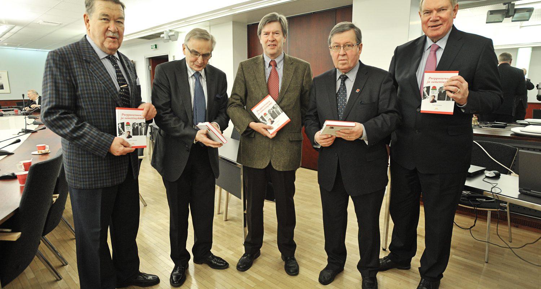 Pekka J. Korvenheimo (ensimmäinen vasemmalta) Purppuraruusu ja samettinyrkki -kirjan julkistamistilaisuudessa vuonna 2012.