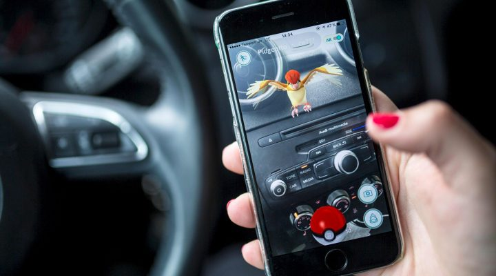 LKS 20160713 kes021; A woman plays the Pokemon Go mobile game on her smart phone in a car in Berlin on July 13, 2016. The Pokemon Go mobile gaming craze reached European fans with players in Germany the first to get their hands on the augmented reality sensation. / AFP / dpa / Sophia Kembowski - LEHTIKUVA / AFP