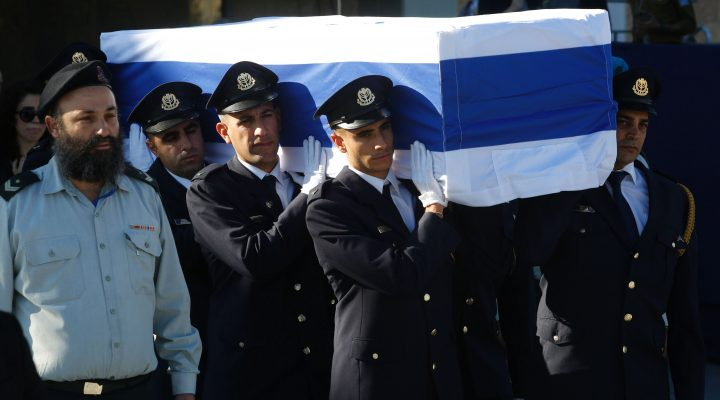 LKS 20160930  MEmbers of the Knesset guards carry the coffin of former Israeli prime minister Shimon Peres at the Knesset, Israel's Parliament, at the start of his funeral in Jerusalem on September 30, 2016. Security forces were on high alert for the funeral beginning at 9:00 am (0600 GMT) at Jerusalem's Mount Herzl national cemetery, with roads closed and thousands of officers deployed. / AFP / GIL COHEN-MAGEN - LEHTIKUVA / AFP