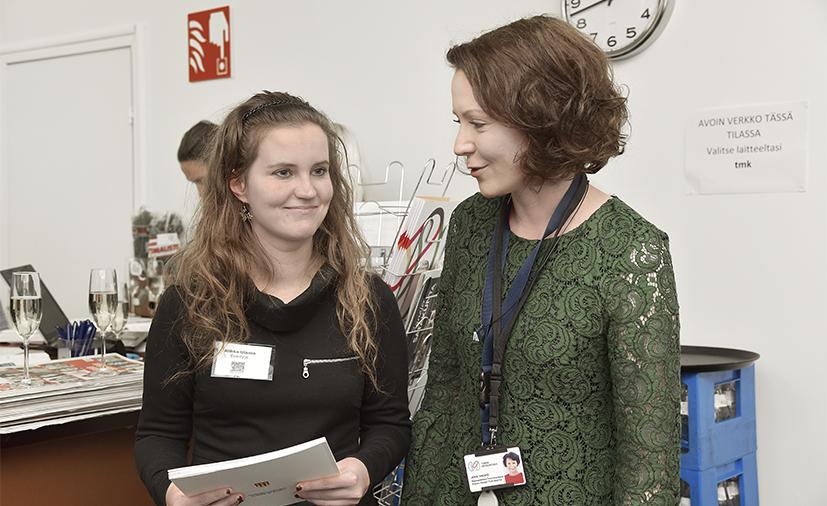 Runo-Kaarina-palkinnon voittanut Riikka Ulanto (vasemmalla) sai kannustusta Turun kirjamessujen ohjelmapäällikkö Jenni Haukiolta, joka voitti saman palkinnon vuonna 1999.