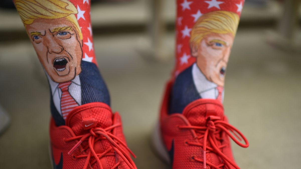 LKS 20161006 Terrence O'Hagan from Mission Viejo, California wears socks decorated with an image of Republican presidential candidate Donald Trump during a campagin rally for Trump on October, 5, 2016 at the Henderson Pavilion in Henderson, Nevada. / AFP / Robyn Beck - LEHTIKUVA / AFP