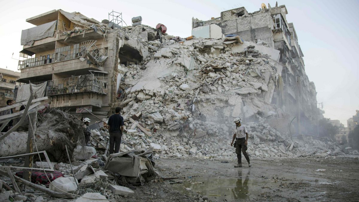 LKS 20161017 Members of the Syrian Civil Defence, known as the White Helmets, search for victims amid the rubble of a destroyed building following reported air strikes in the rebel-held Qatarji neighbourhood of the northern city of Aleppo, on October 17, 2016.  Dozens of civilians were killed as air strikes hammered rebel-held parts of Aleppo early morning, despite Western warnings of potential sanctions against Syria and Russia over attacks on the city. Both Russian and Syrian warplanes are carrying out air strikes over Aleppo in support of a major offensive by regime forces to capture rebel-held parts of the northern city. / AFP / KARAM AL-MASRI - LEHTIKUVA / AFP