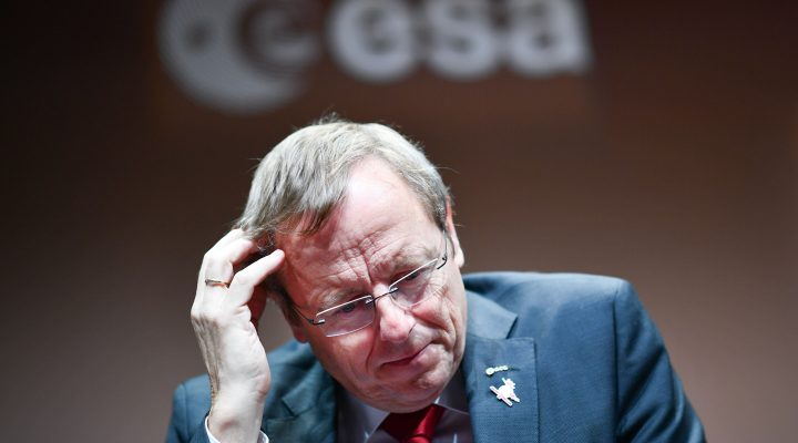 LKS 20161019 mhm020; Jan Woerner (R), Director General of the ESA reacts on stage during the European-Russian ExoMars 2016 mission at the European Space Agency ESA space operation center (ESOC) in Darmstadt, Germany, on October 19, 2016. Mission controllers were anxiously awaiting confirmation Wednesday that a tiny European craft had landed on Mars as part of an ambitious quest with Russia to find evidence of life on the Red Planet. / AFP / dpa / Uwe Anspach - LEHTIKUVA / AFP