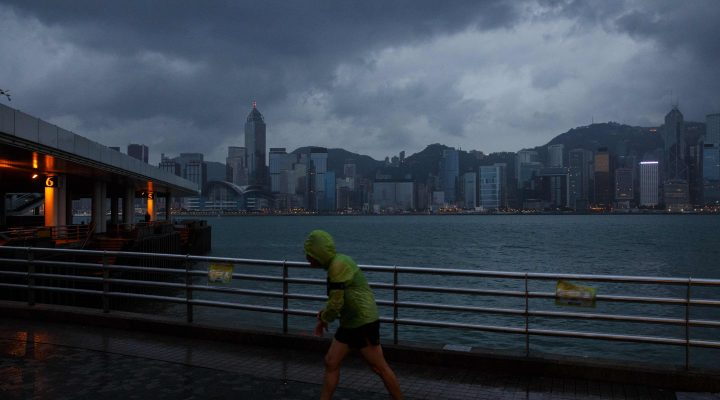 LKS 20161021 A man jogs along a promenade running along Victoria Harbour as Typhoon Haima approaches Hong Kong early on October 21, 2016, shortly after the typhoon signal eight warning was raised. Typhoon Haima approached Hong Kong on October 21 after killing at least four in the Philippines. / AFP / Anthony WALLACE - LEHTIKUVA / AFP