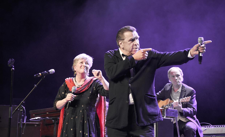 Harri Saksala esitti Eija Ahvon kanssa kimpassa Punaisen langan hitin Taisteilija.'