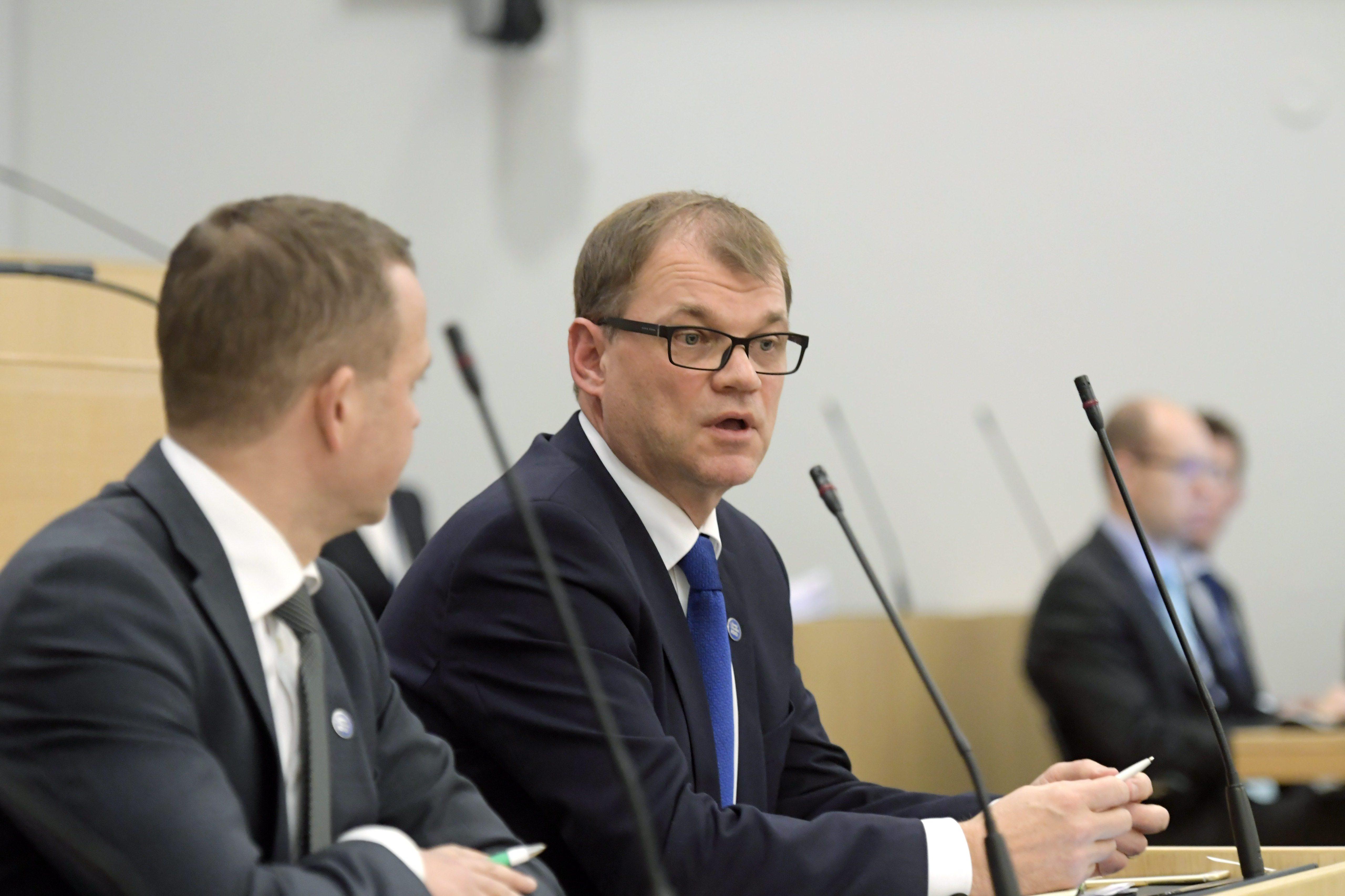 LKS 20161201 Kokoomuksen valtiovarainministeri Petteri Orpo (vas.) ja pääministeri Juha Sipilä (kesk) eduskunnassa Helsingissä 1. joulukuuta 2016. LEHTIKUVA / MARKKU ULANDER