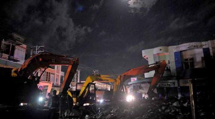 LKS 20161208 AB068; This picture taken late on December 7, 2016 shows ongoing rescue work at night in Pidie Jaya after a 6.5-magnitude earthquake struck Aceh province.  Rescuers scrabbled through the rubble of shattered homes, shops and mosques in search of survivors after a powerful earthquake struck western Indonesia and killed at least 97 people LEHTIKUVA / AFP PHOTO  Chaideer Mahyuddin