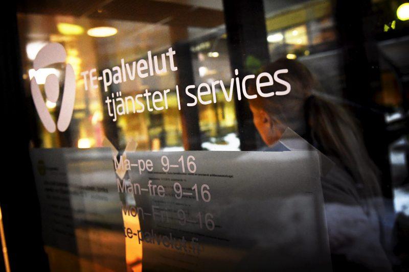 """Suuri osa työttömistä jäi hallituksen raippaleikkuriin – kansanedustaja: """"Julmaa"""""""