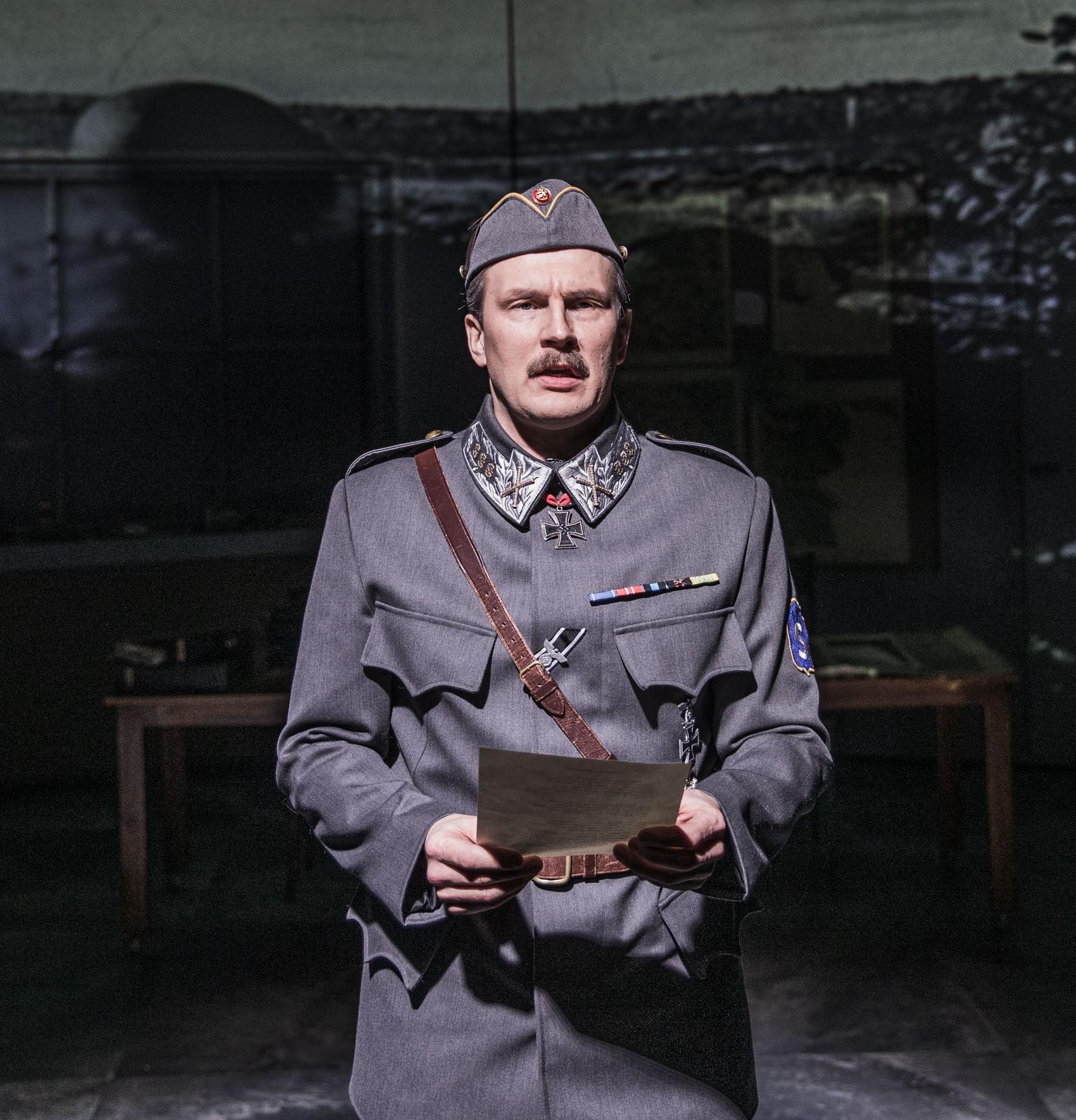 Näyttelijä Janne Turkki Mannerheimin osassa Porin teatterin esityksessä