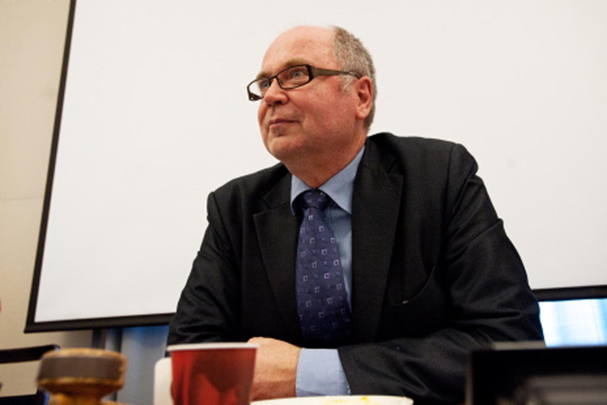 SDP:n eduskuntaryhmän puheenjohtaja Eero HeinäluomaSDP:n ryhmäkokous