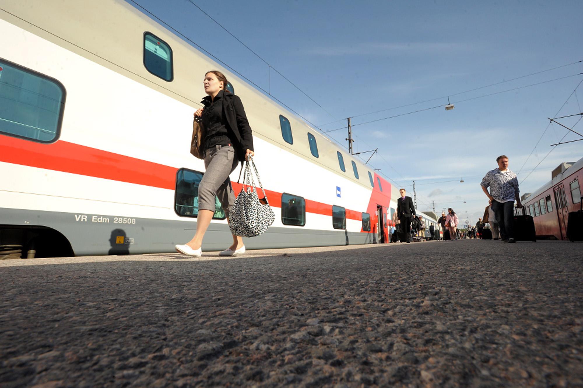 Rautatieliikennejuna makuuvaunu matkustaja vr asema